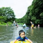 夏の思い出。子どもと一緒にアクティ森で川遊びを楽しむ