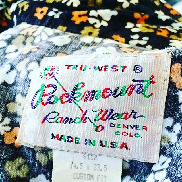 長いこと着てる古着のシャツ。カラフルな糸で刺繍されたタグがかわいらしい。 (Instagram)