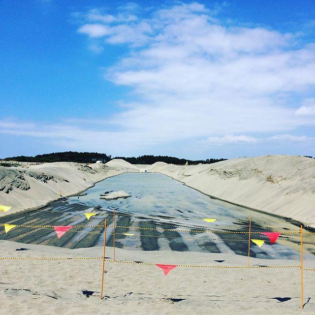 中田島砂丘の防潮堤工事でできた大きな水たまりに青空が映える。この幅分の基礎ができるようです。#中田島砂丘 #防潮堤 #浜松市南区 (Instagram)