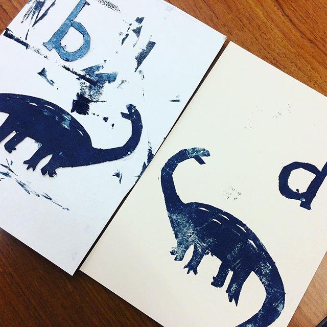 専門学校で印刷の授業。本日は活版印刷。といっても、まだイラレを使えない一年生。厚紙を使って版をつくり、レタープレスコンボキットで刷るという内容。これがなかなかガツンと圧がきいて、いい感じに。凹みやかすれに色めき立つ一年生。印刷に興味が持てたようで、ひとまず授業の目的は達成です。#活版印刷 #レタープレスコンボキット #凸版印刷 (Instagram)