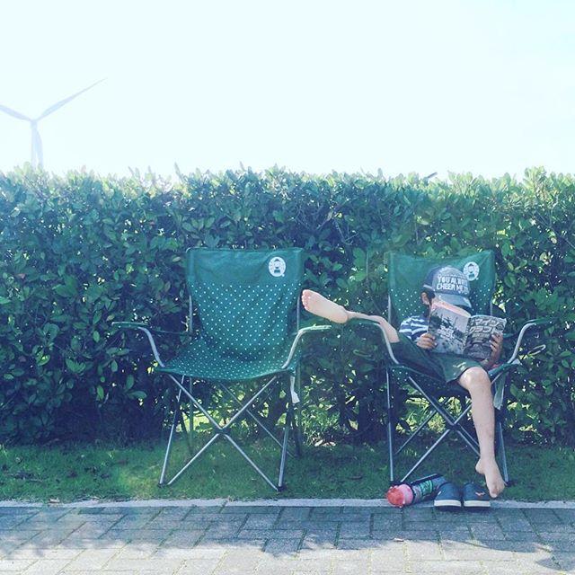 日かげで読書。身体が柔らかいのか、足癖が悪いのか。#朝からマインクラフト (Instagram)