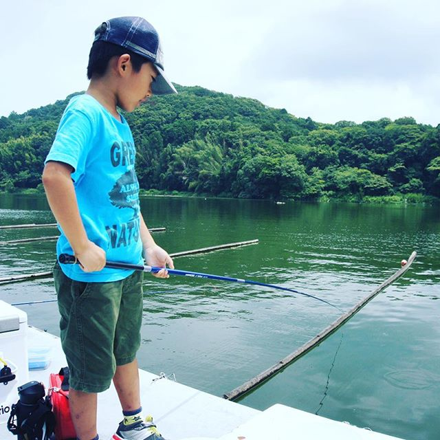釣りにはまっている息子を連れて、西大谷池へ。釣果は小一時間ほどでオイカワを10匹。#西大谷池 #釣り (Instagram)
