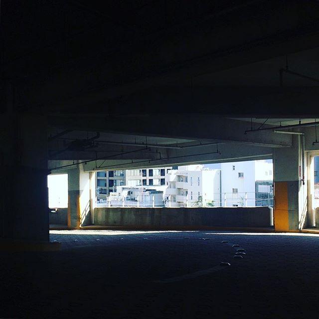 都市をのぞく#立体駐車場 #すき間好き (Instagram)