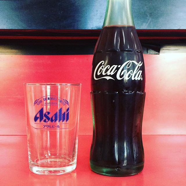 街場の飲食店で、瓶のコーラをビールグラスでいただく#瓶コーラ (Instagram)