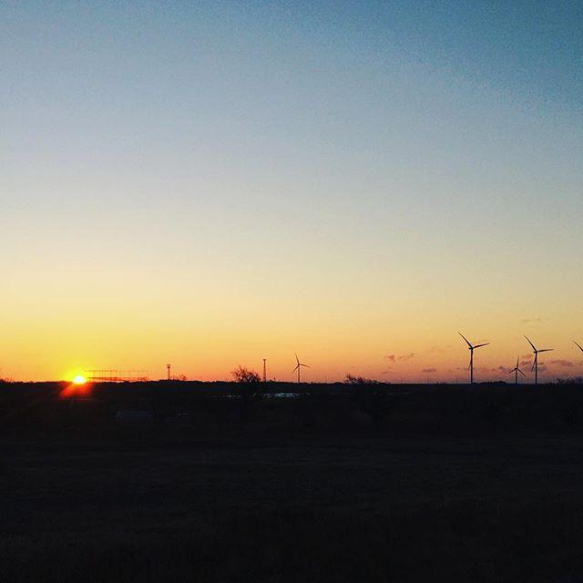 元日は久しぶりに早起きして、初日の出を拝む。毎日が元日のように、心おだやかにいたいものです。#初日の出 (Instagram)