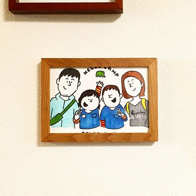 マンモス ハローキャンプで @rayingstudio のKOH BODYさんに描いてもらった家族のイラストをやっと飾る。縁でちょっと文字が隠れちゃったのはご愛嬌。そっくりに描かれるのは恥ずかしいけど、こんな感じのイラストなら気後れせず飾れる。写真とは違う良い思い出の残し方だなあと。#マンモスハローキャンプ #イラスト #家族イラスト #rayingstudio (Instagram)